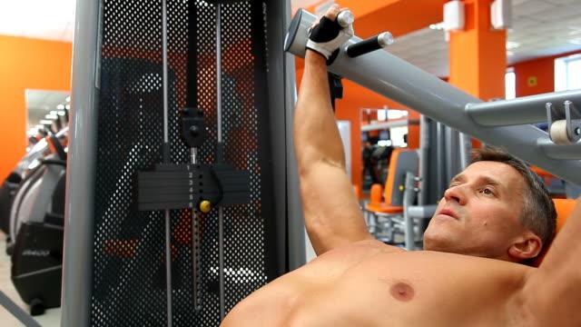 body builder on incline bench press - bir orta yetişkin erkek sadece stok videoları ve detay görüntü çekimi