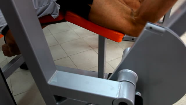 Body builder - Prone leg curl video