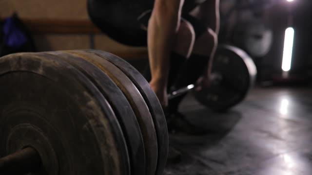 bodybuilder, die hartes training im fitness-studio - gewichtheben stock-videos und b-roll-filmmaterial