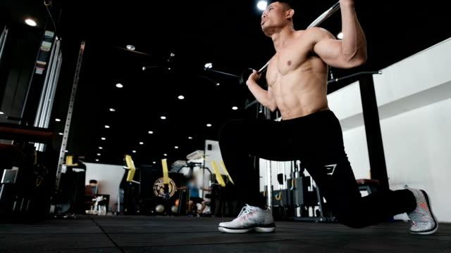stockvideo's en b-roll-footage met body builder-wandelen met barbell - bankdruktoestel