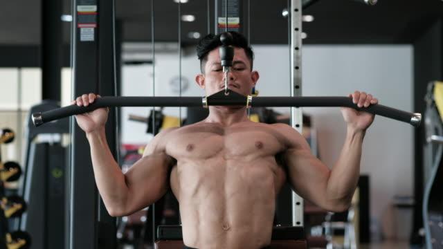 vídeos de stock e filmes b-roll de body builder with lat pulldown - aparelho de musculação