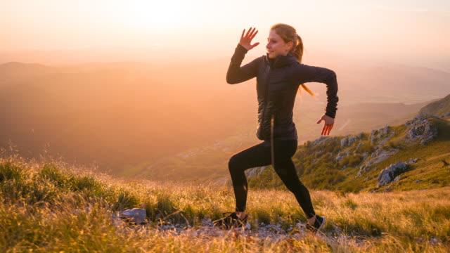 ボディ意識女性自然の中ジョギングのいくつかの新鮮な空気を取得するには - 有酸素運動点の映像素材/bロール