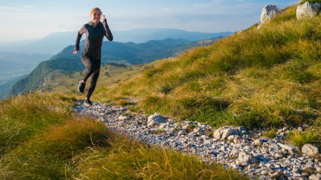 体に配慮した女性に合わせて、自然でジョギング - 女性選手点の映像素材/bロール