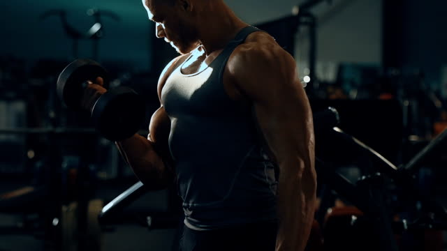 vidéos et rushes de exercice athlétique de muscles d'entraînement d'homme de bodybuilder - body building
