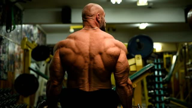 보디 운동 남자 운동 근육 운동 - 보디 빌딩 스톡 비디오 및 b-롤 화면