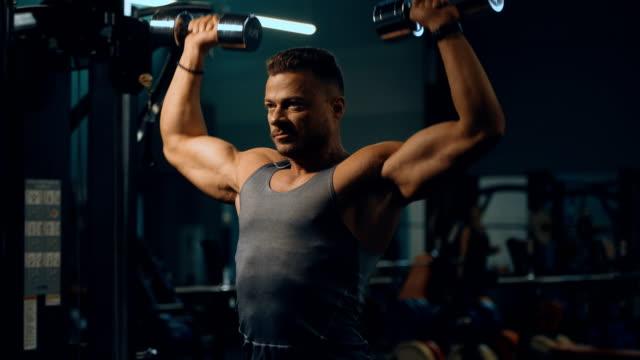 vídeos y material grabado en eventos de stock de culturista hombre atlético ejercicio de ejercicios - training