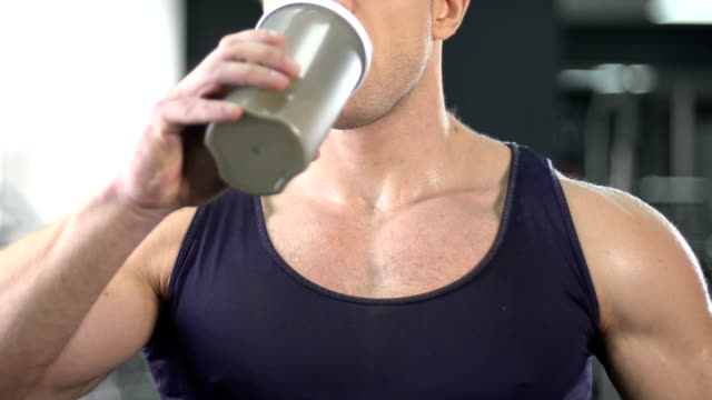 보디 빌딩 근육 이득, 스포츠 바, 건강 한 다이어트에 대 한 단백질 쉐이크를 마시는 - 보디 빌딩 스톡 비디오 및 b-롤 화면