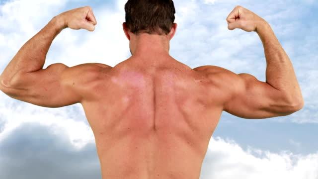 bodybuilder flexing his back muscles - napinać mięśnie filmów i materiałów b-roll