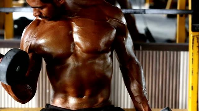 bodybuilder のジム、ダンベル - ボディビル点の映像素材/bロール