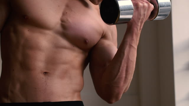bodybuilder mit freien gewichten - nackter oberkörper stock-videos und b-roll-filmmaterial