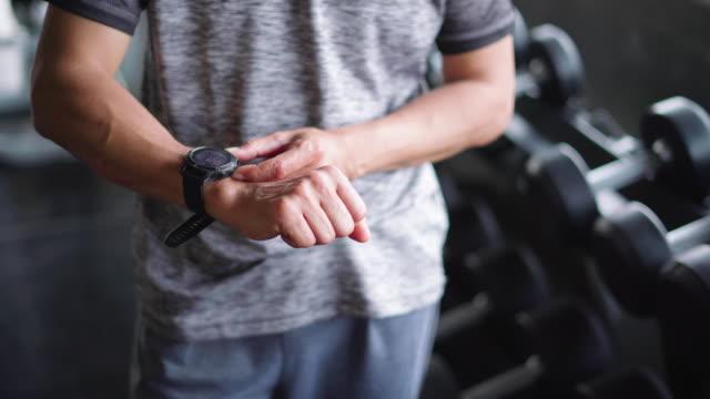 vidéos et rushes de bodybuilder utilisant la montre intelligente - chrono sport