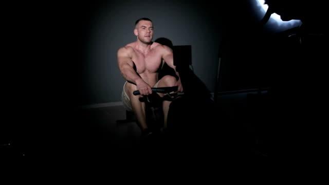 bodybuilding übung auf dem rücken und quadrizeps - sportchampion stock-videos und b-roll-filmmaterial