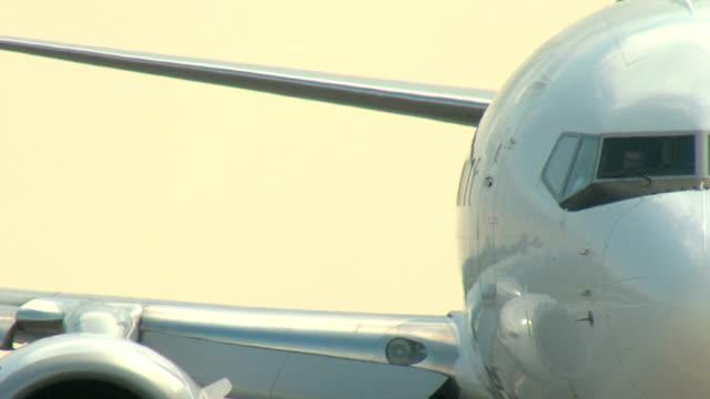 boeing 737 airplane shot - closeup taxi - pilot bildbanksvideor och videomaterial från bakom kulisserna