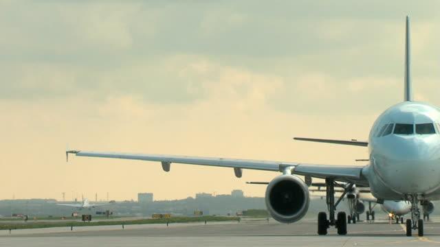 ボーイング 737 飛行機の離陸エアバスウェイツタクシー - 飛行機点の映像素材/bロール