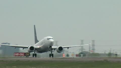 vidéos et rushes de avion décollage de boeing 737 - avion