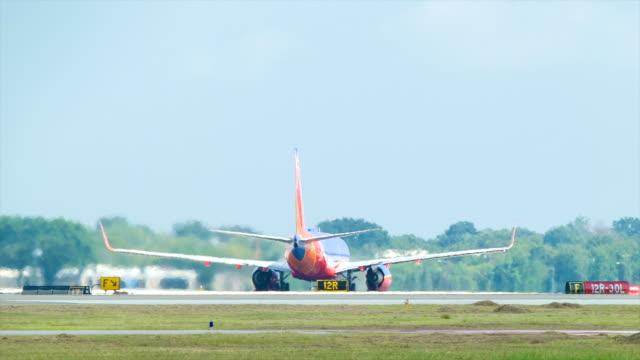 boeing 737 abheben vom houston hobby airport - südwesten stock-videos und b-roll-filmmaterial