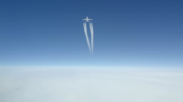 Boeing 747 Passing 1000 ft Overhead