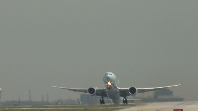 Boeing 777 avión de despegue en línea recta - vídeo