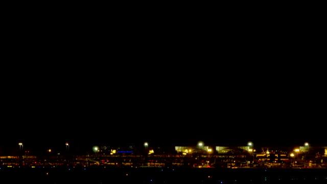 Boeing 777 landing at night video