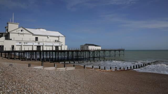 bognor regis beach and pier england - sussex occidentale video stock e b–roll