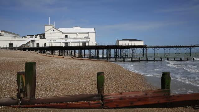 bognor regis pier and beach west sussex - sussex occidentale video stock e b–roll