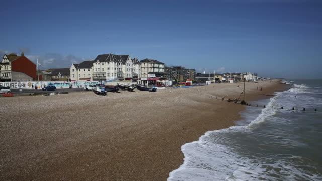 bognor regis seafront england uk pan - sussex occidentale video stock e b–roll