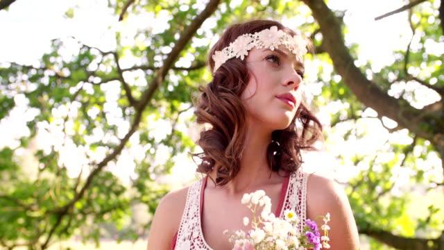 boho девушка, окруженный листья в летний парк - аксессуар для волос стоковые видео и кадры b-roll