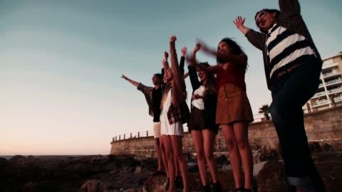 vidéos et rushes de style bohème à la plage entre amis sur un route voyage - insouciance