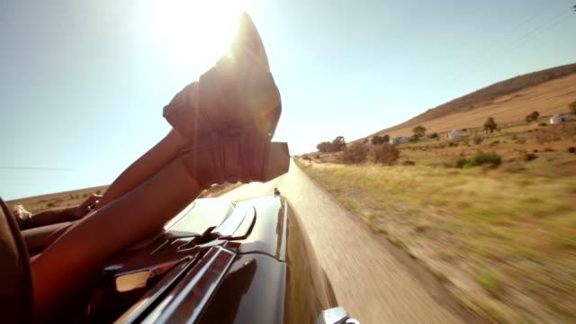 vídeos de stock, filmes e b-roll de o estilo boho adolescente amantes desfruta de uma estrada de viagem de verão - boho