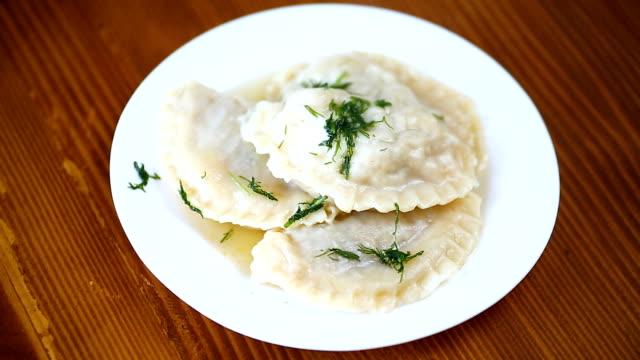 gekochte teigtaschen gefüllt in einer platte, ukrainische nationalgericht. - polnische kultur stock-videos und b-roll-filmmaterial