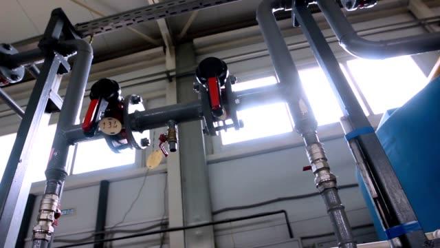 pannrum, rör med röda ventiler. - värmepump bildbanksvideor och videomaterial från bakom kulisserna