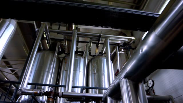 pannrum med rörledningar. industriellt material - värmepump bildbanksvideor och videomaterial från bakom kulisserna