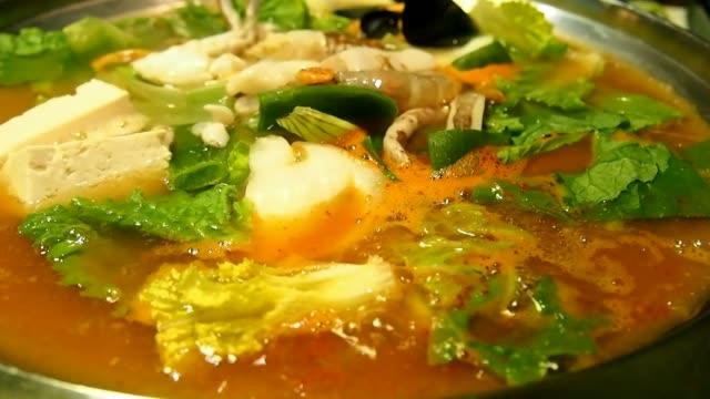 stockvideo's en b-roll-footage met boiling kim-chi soup - groentesoep