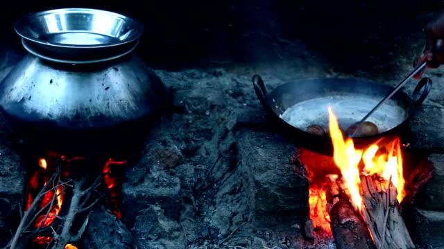 Patata bollente sulla stufa con Bio carburante energia. - video
