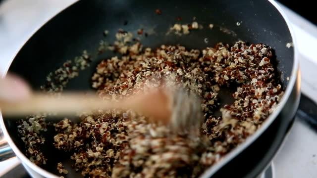 Quinoa bouillant dans une marmite. - Vidéo