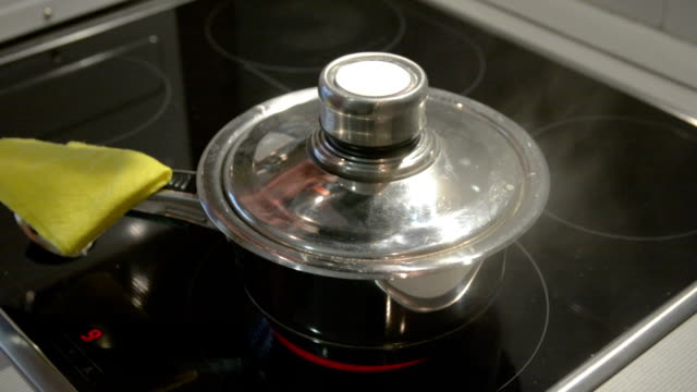 acqua bollente in una padella - coperchio video stock e b–roll