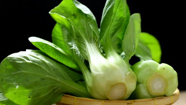 vídeos y material grabado en eventos de stock de bok choy vegetal en una cesta girada sobre la mesa en resolución 4k - pak choy