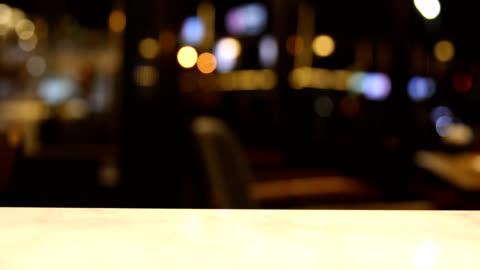 vídeos de stock e filmes b-roll de bokeh in bar at night background - desfocado focagem