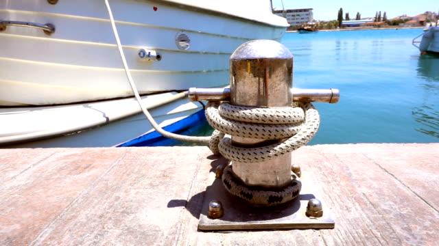 vídeos y material grabado en eventos de stock de bolardo en muelle y yates y barcos de pesca - anclado