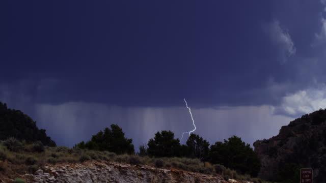ein blitz blitzt während eines regensturms in der flaming gorge, utah - gewitter stock-videos und b-roll-filmmaterial