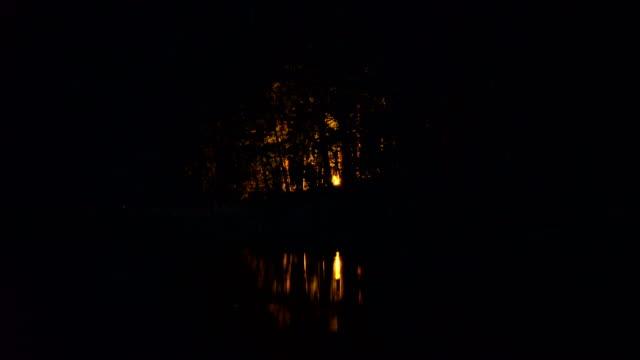 vídeos de stock, filmes e b-roll de fogueira na margem da lago - distante