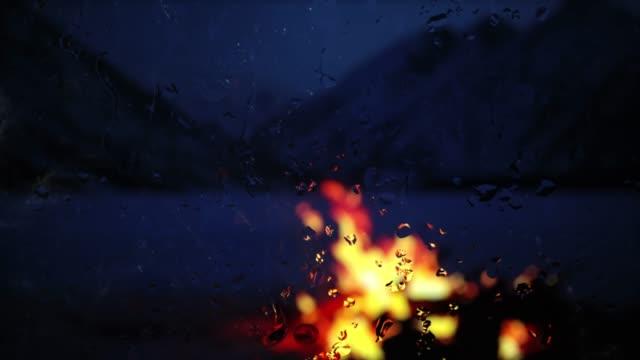 yağmur karanlığı pencere dışında şenlik ateşi - bakir yer stok videoları ve detay görüntü çekimi