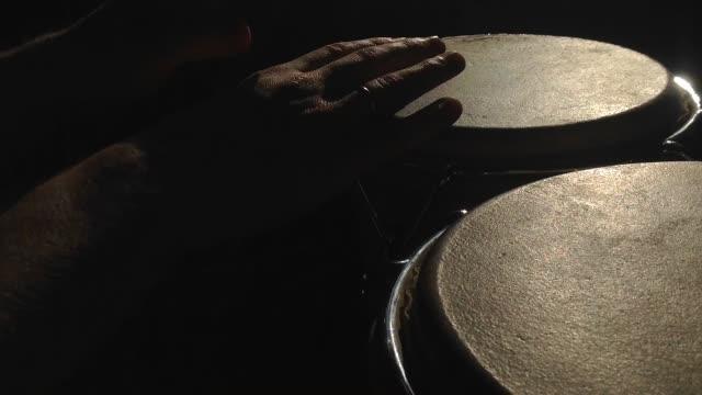 vídeos de stock e filmes b-roll de bongos drummer performing - bateria instrumento de percussão