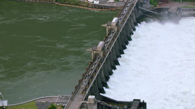 aerial bonneville dam am columbia river - staudamm stock-videos und b-roll-filmmaterial