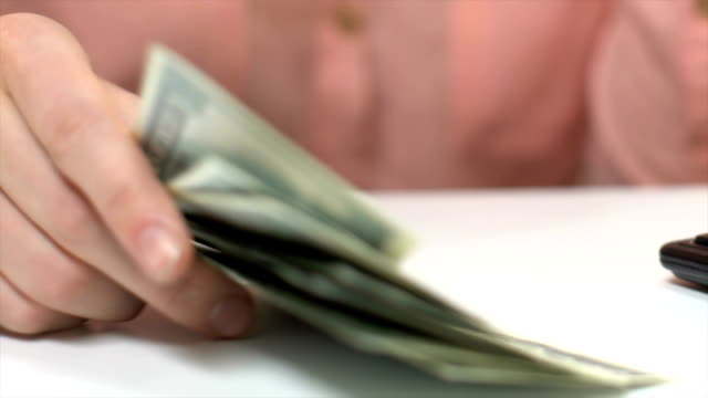bookkeeper räkna dollar kontanter, otillräcklig summa för att driva företag, skulder - spendera pengar bildbanksvideor och videomaterial från bakom kulisserna