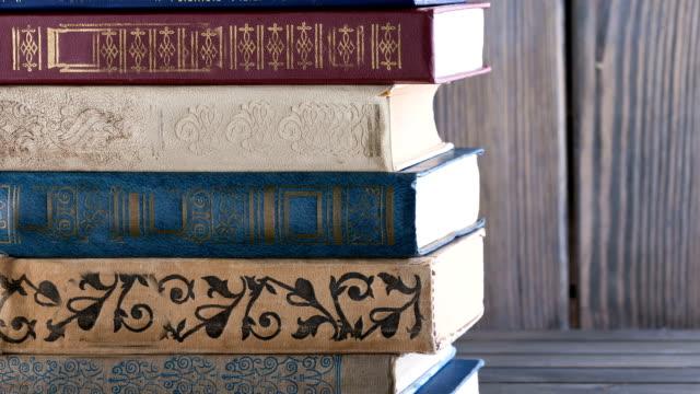 stockvideo's en b-roll-footage met boeken, oud, gestapeld - boekenkast