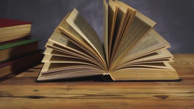stockvideo's en b-roll-footage met boeken over een oude houten tafel. mooie donkere achtergrond. - heilig geschrift