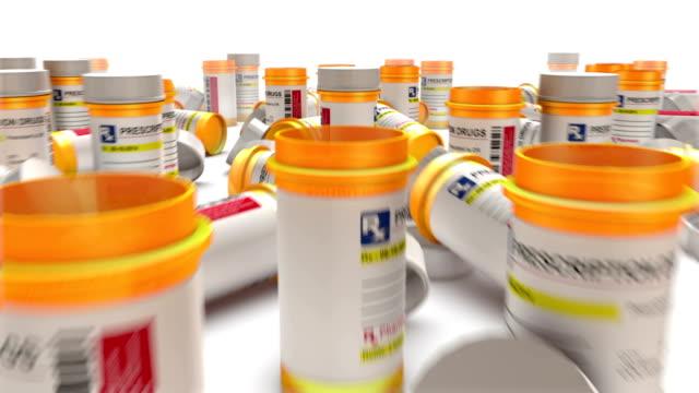 boom giù dalla stessa bottiglia vuota pillola rivelare infinite bottiglie - prescrizione medica video stock e b–roll