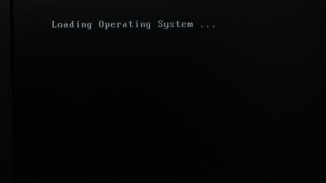 vidéos et rushes de message d'erreur de démarrage sur le moniteur d'ordinateur - bottes