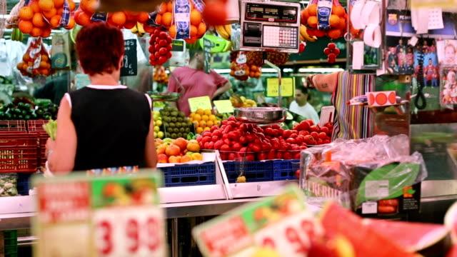 vídeos de stock, filmes e b-roll de mercado boqueria em barcelona - comida espanhola